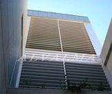 Celosia de aluminio bastidor fijo con lama móvil instalada en San Sebastián de los Reyes, Madrid
