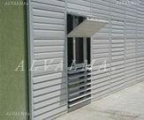 Celosia de aluminio bastidor plegable vertical con lama móvil, instalada en Pozuelo de Alarcón, Madrid