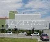 Celosia de aluminio bastidor plegable vertical y fija con lama móvil en fachada ventilada, instalada en Pozuelo de Alarcón, Madrid