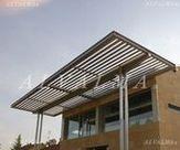 Pérgola de celosia de aluminio con lama de grandes palas, instalada en Alpedrete, Madrid