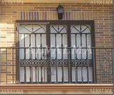 Reja de cerrajeria de hierro lacado estilo ingles instalada en Madrid