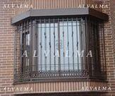 Reja poligonal de cerrajeria de hierro lacado instalada en Valdemoro, Madrid
