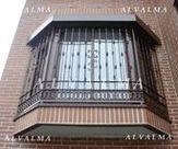 Reja poligonal de cerrajeria de hierro lacado, vista inferior instalada en Valdemoro, Madrid