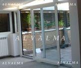 Cerramiento con puerta osciloparalela de aluminio instaladas en Valdemoro, Madrid