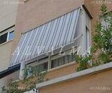 Toldo semicofre de aluminio instalado en Madrid