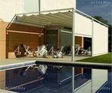 Pérgola de aluminio con cortinas frontales instalada en Madrid