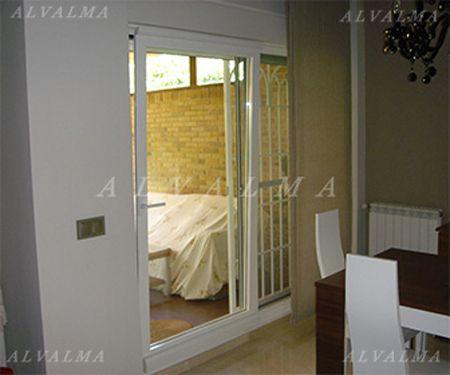 Ventanas puertas contraventanas de aluminio en madrid alvalma for Puerta osciloparalela