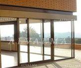 Puerta de aluminio Corredera serie Europea instalada en Torrelodones, Madrid